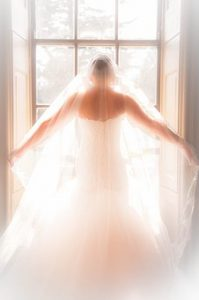 suknia ślubna z welonem
